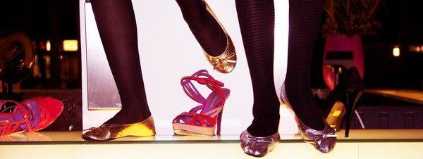 Flache Ballerinas aus dem Automaten, wenn die High-Heels drücken