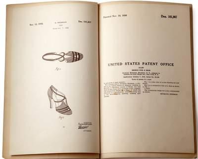 Auf Grundlage eines historischen Schuhdesigns, für das Stuarts Vater, Seymour Weitzman, im Jahr 1936 ein US-Designpatent erhielt, feiert der einzigartige TStrap- Schuh mit doppelt gekreuzten Riemchen den glamourösen Stil der Marke mit einem hochmodischen, aktuellen Design.