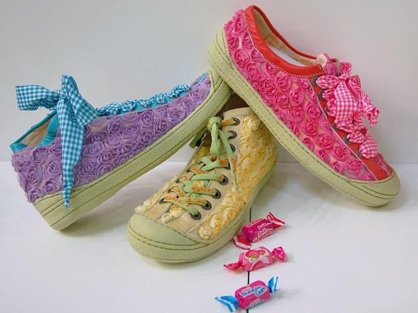 Eject Sneaker in Bonbonfarben mit Blüten - Applikationen