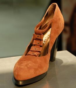 Schuhe und Stiefel in warmen Farben erhellen den Winter