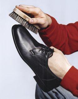 Schuhe putzen braun